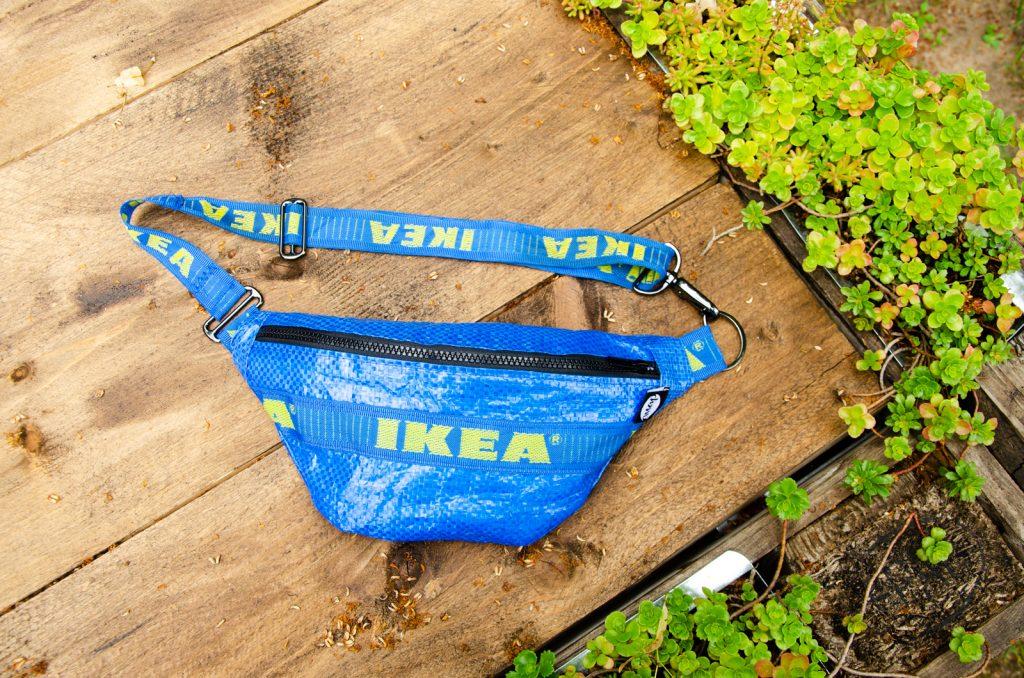 Ikea Bauchtasche auf Holztisch